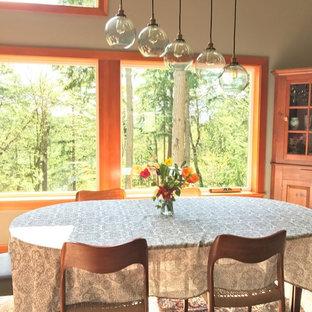 Ejemplo de comedor ecléctico, de tamaño medio, abierto, con paredes grises, suelo de corcho, estufa de leña, marco de chimenea de baldosas y/o azulejos y suelo marrón