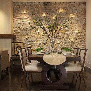 Idee per una sala da pranzo design con pareti beige, parquet scuro e pavimento marrone
