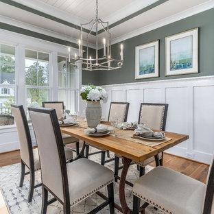 Geschlossenes Landhaus Esszimmer mit grüner Wandfarbe, braunem Holzboden und braunem Boden in Raleigh