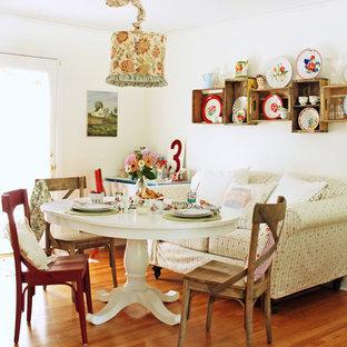 Inspiration pour une salle à manger style shabby chic avec un mur blanc et un sol en bois brun.