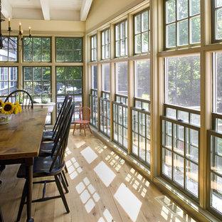 Imagen de comedor clásico con paredes beige y suelo de madera clara