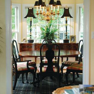 Foto di una piccola sala da pranzo classica chiusa con pareti gialle, parquet chiaro e nessun camino