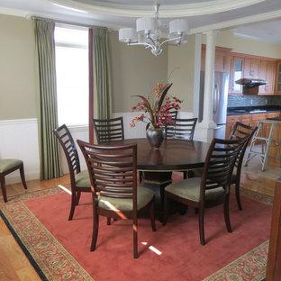 Foto di una sala da pranzo classica con pareti verdi, moquette e pavimento rosso