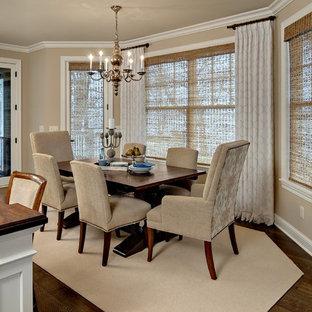 Foto di una sala da pranzo aperta verso la cucina classica di medie dimensioni con pareti beige, parquet scuro e nessun camino