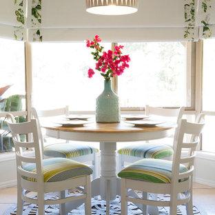 Пример оригинального дизайна: кухня-столовая среднего размера в морском стиле с серыми стенами и полом из керамической плитки