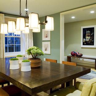 Ispirazione per una sala da pranzo minimal con pareti verdi e parquet chiaro