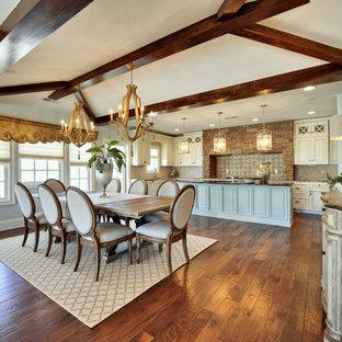 Ispirazione per una sala da pranzo aperta verso la cucina shabby-chic style con pareti blu e parquet scuro