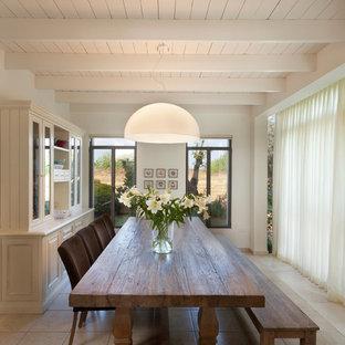Modernes Esszimmer mit weißer Wandfarbe in Sonstige