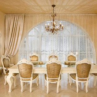 Foto di una sala da pranzo classica con pareti beige e pavimento in marmo