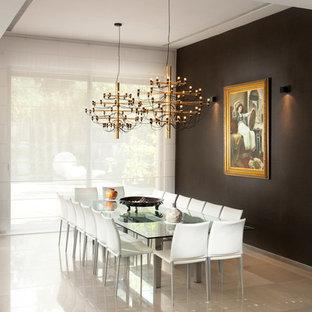 Imagen de comedor actual con paredes negras, suelo de mármol y suelo beige