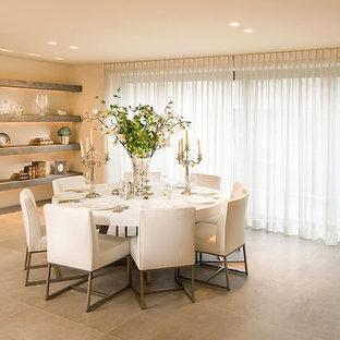 Ispirazione per una sala da pranzo minimalista con pareti beige, pavimento con piastrelle in ceramica e pavimento beige