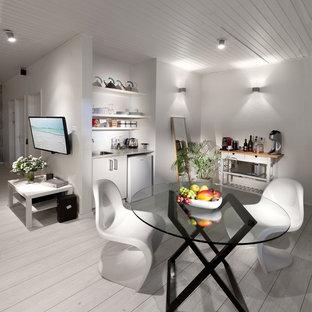 Réalisation d'une salle à manger design avec un mur blanc, un sol en bois peint et un sol blanc.