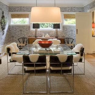 Immagine di una sala da pranzo minimalista chiusa con pareti multicolore e pavimento in legno massello medio