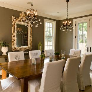 Immagine di una sala da pranzo chiusa e di medie dimensioni con pareti marroni, parquet scuro, nessun camino e pavimento marrone