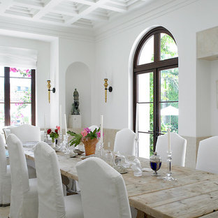 Foto de comedor de cocina mediterráneo, de tamaño medio, sin chimenea, con paredes beige y suelo de piedra caliza