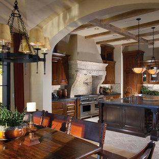 Diseño de comedor de cocina mediterráneo, de tamaño medio, con paredes beige y suelo de piedra caliza