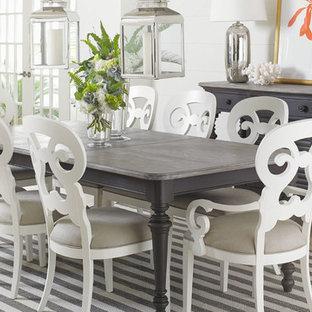Cette image montre une salle à manger marine fermée et de taille moyenne avec un mur blanc, un sol en calcaire, aucune cheminée et un sol beige.