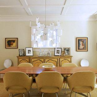 Diseño de comedor actual, cerrado, con paredes beige y suelo de madera en tonos medios