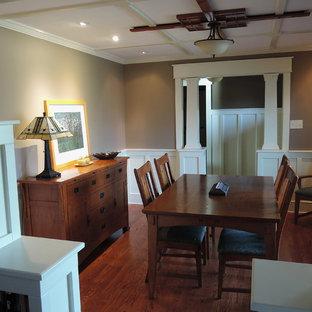 Modelo de comedor de estilo americano, pequeño, cerrado, sin chimenea, con paredes marrones, suelo de madera en tonos medios y suelo marrón