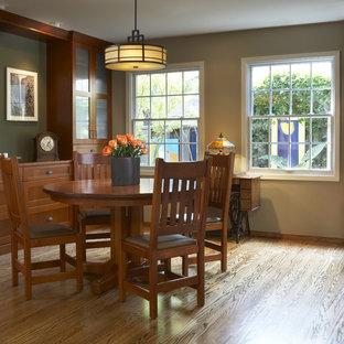 Esempio di una sala da pranzo american style con pareti beige e pavimento in legno massello medio