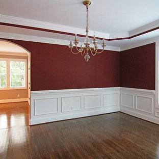 ローリーの広いトラディショナルスタイルのおしゃれな独立型ダイニング (赤い壁、無垢フローリング、茶色い床) の写真
