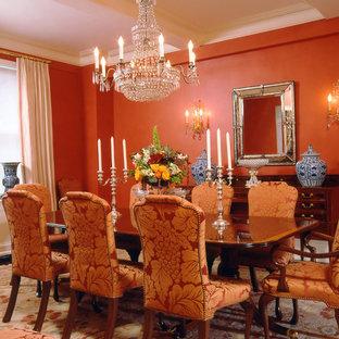 На фото: столовые в классическом стиле с оранжевыми стенами