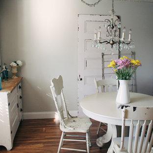 Inspiration för shabby chic-inspirerade matplatser, med grå väggar och mörkt trägolv