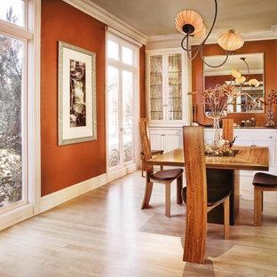 Ispirazione per una sala da pranzo contemporanea con parquet chiaro, pareti marroni e pavimento beige