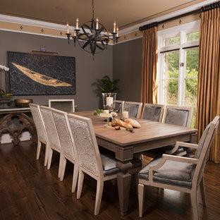 Idées déco pour une salle à manger éclectique avec un mur marron et un sol en bois foncé.