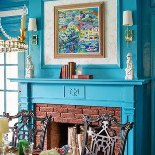 Foto di una sala da pranzo classica di medie dimensioni con pareti blu, camino classico e cornice del camino in mattoni