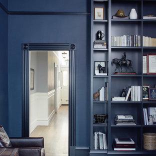 Aménagement d'une salle à manger victorienne fermée et de taille moyenne avec un sol en bois foncé, un mur bleu, un sol marron et aucune cheminée.