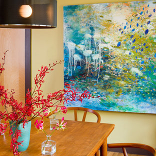 Foto de comedor actual con paredes amarillas