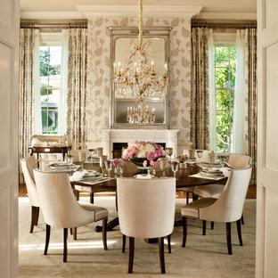 Ispirazione per una sala da pranzo chic con camino classico, pareti beige e moquette