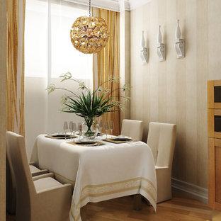 Geschlossenes, Kleines Kolonialstil Esszimmer mit weißer Wandfarbe und braunem Holzboden in New York