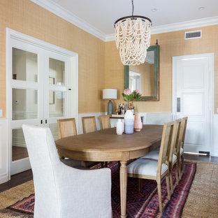 Ispirazione per una sala da pranzo tradizionale chiusa e di medie dimensioni con pareti gialle, parquet scuro e pavimento marrone