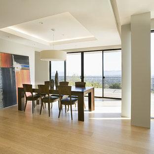 Выдающиеся фото от архитекторов и дизайнеров интерьера: гостиная-столовая в современном стиле с полом из бамбука