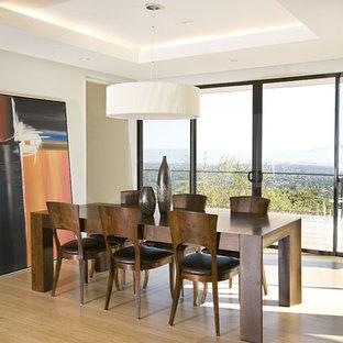 Ispirazione per una sala da pranzo contemporanea con pavimento in bambù e pavimento beige