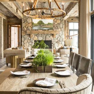 Idéer för att renovera en stor rustik matplats med öppen planlösning, med bruna väggar, mörkt trägolv, en standard öppen spis, en spiselkrans i sten och brunt golv