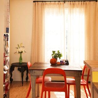 Esempio di una sala da pranzo boho chic con pareti beige e pavimento in legno massello medio
