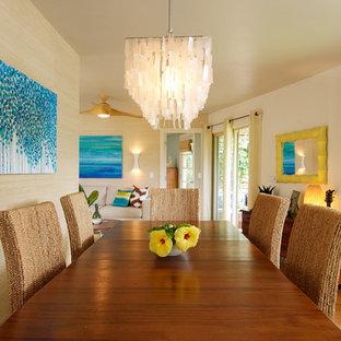 Esempio di una sala da pranzo tropicale di medie dimensioni con pareti beige e pavimento in legno massello medio