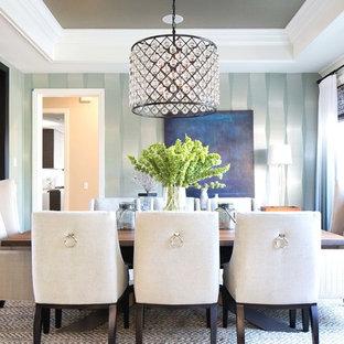 Idee per una sala da pranzo aperta verso la cucina design di medie dimensioni con pareti blu, pavimento in pietra calcarea e nessun camino