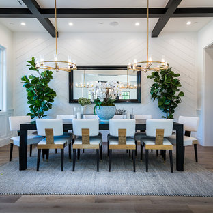 Ispirazione per una sala da pranzo chic chiusa con pareti bianche, nessun camino e pavimento marrone