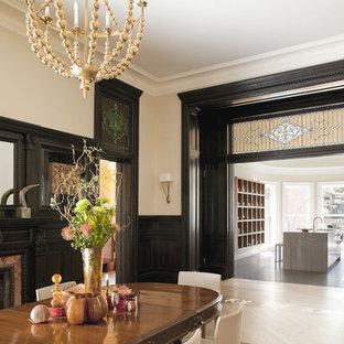 Cette image montre une salle à manger victorienne avec un mur beige.