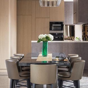 Diseño de comedor de cocina contemporáneo, de tamaño medio, con paredes marrones y suelo de mármol