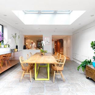 Ejemplo de comedor de cocina actual, de tamaño medio, con paredes blancas y suelo de piedra caliza