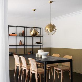 メルボルンの中くらいのコンテンポラリースタイルのおしゃれなLDK (白い壁、濃色無垢フローリング、黒い床) の写真