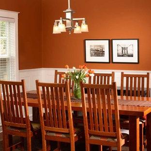 Modelo de comedor de cocina clásico, pequeño, con parades naranjas y suelo de madera en tonos medios