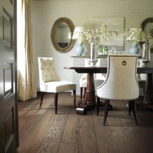 Inspiration pour une salle à manger traditionnelle fermée et de taille moyenne avec un mur blanc, un sol en bois foncé, aucune cheminée et un sol marron.