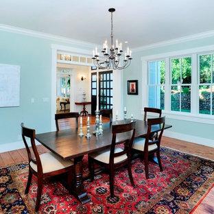 Immagine di una sala da pranzo aperta verso la cucina tradizionale di medie dimensioni con pareti beige, pavimento in legno massello medio e pavimento marrone