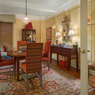 Idee per una sala da pranzo boho chic chiusa e di medie dimensioni con pareti gialle, pavimento in legno massello medio e nessun camino